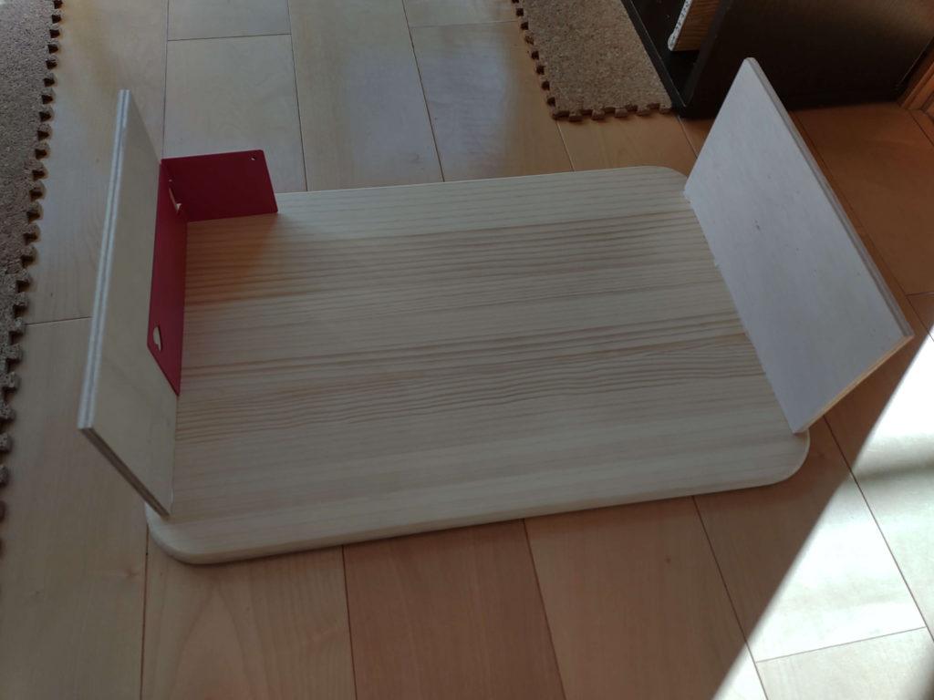 ルーロの基地の作り方:手順2.天板に脚板をボンドでくっつける